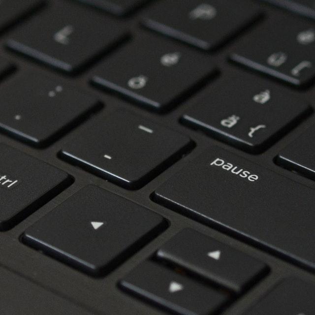 Ett svart tangentbord